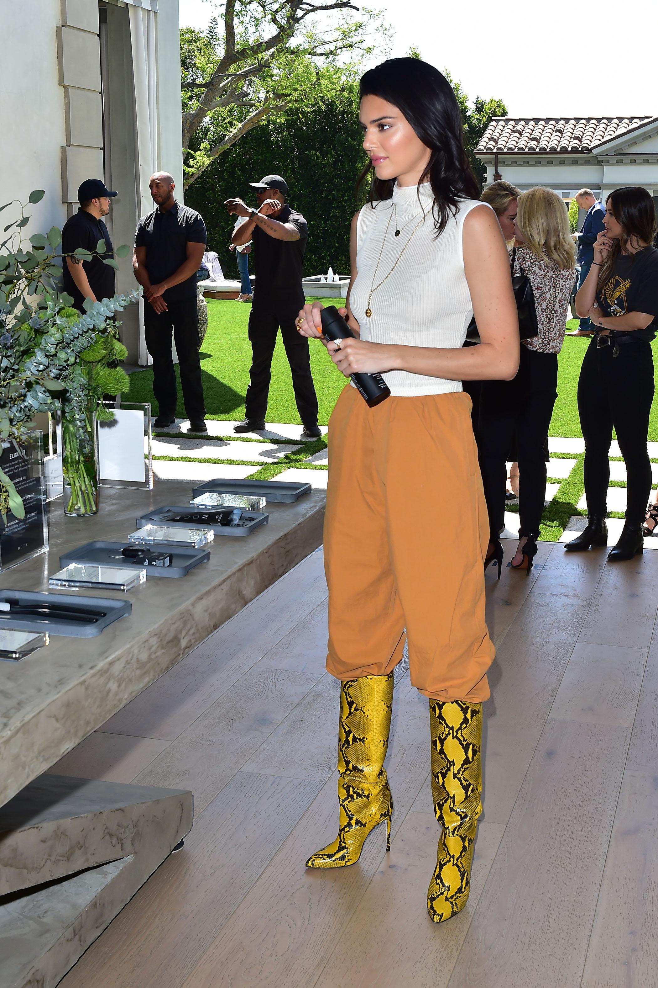 Kendall Jenner käärmeennahkabuutsit