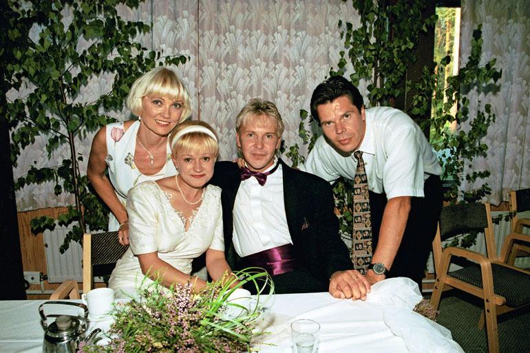 Jussi ja laulajavaimonsa Päivi Kautto- Niemi (vas.) juhlivat Matti ja Sari Paanalan häitä vuonna 1996.