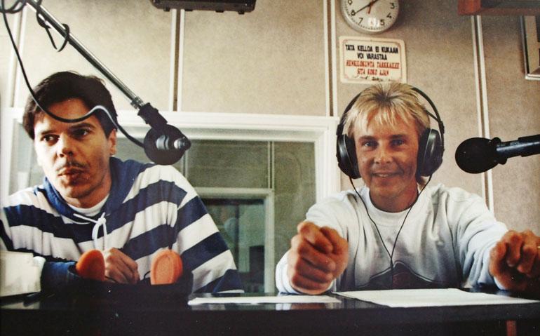 Matin debyyttilevystä tuli valtaisa hitti, ja media oli perässä koko ajan. Kuva radiostudiosta 1992.