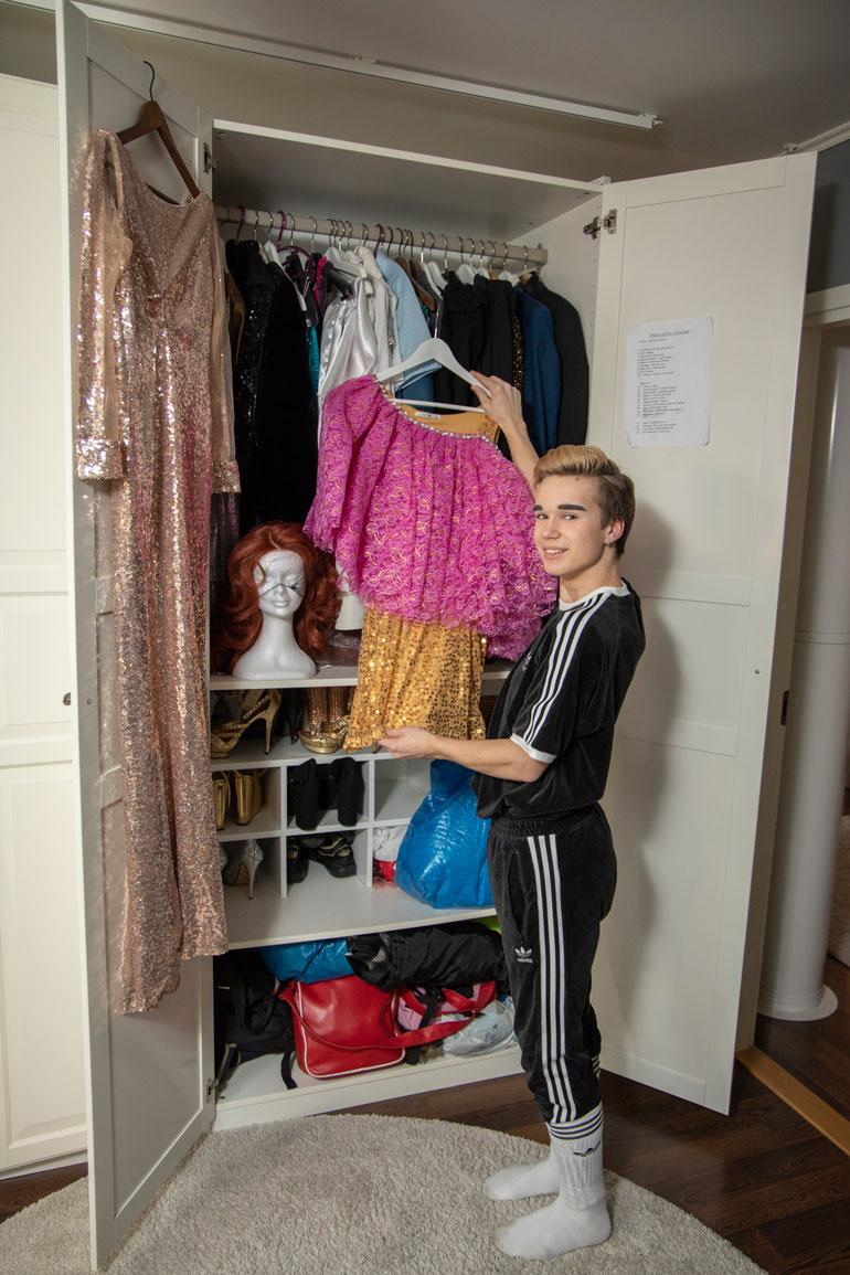 Luka Tienhaaran vaatekaapissa on kimaltelevia drag-mekkoja. Yläasteen viimeistä luokkaa käyvä kirkkonummelainen aikoo jatkaa ammattikoulun medialinjalle.