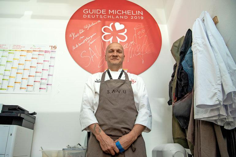 Saulin toimistossa on iso kyltti, joka kertoo Savun saamasta Michelin-tähdestä.