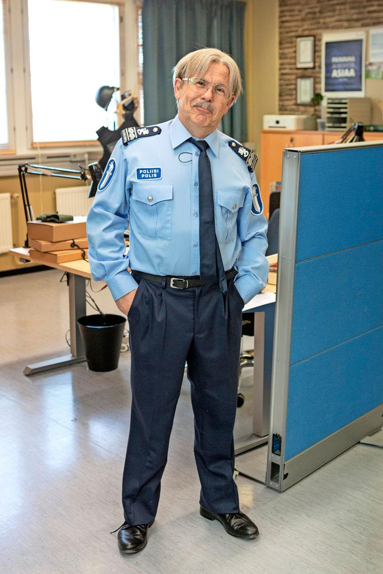 Timo Kahilainen näyttelee poliisilaitoksen johtajaa Pertti Ljunkqvistia.