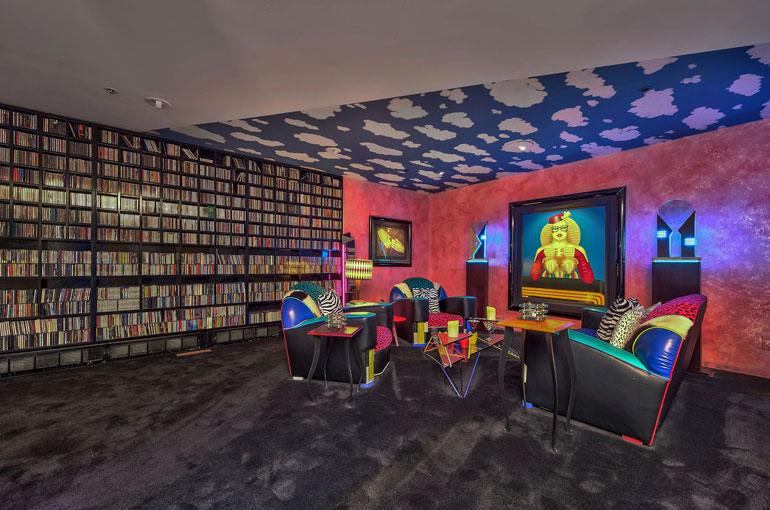 Talon keskikerroksen aulabaari tuo mieleen 1990-luvun diskon. Tämä alue on ollut Davidin ja hänen kavereidensa valtakuntaa. Lukuisat Whitesnake-hitit ovat syntyneet tässä.