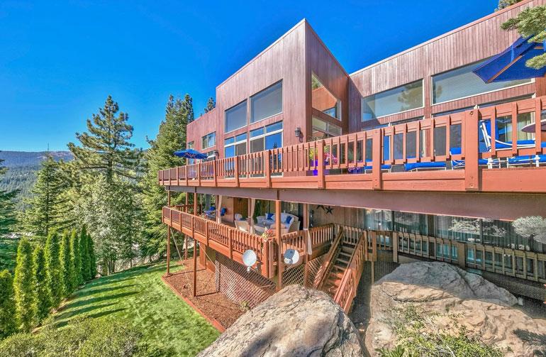 Davidin kolmikerroksinen koti sijaitsee Sierra Nevadan vuoristossa. Lähin kaupunki on 55 000 asukkaan Carson City.