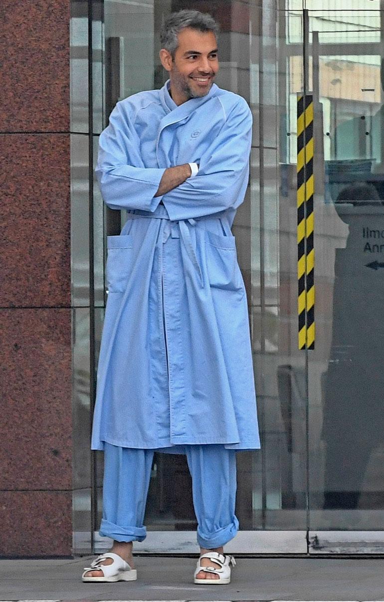 Kansanedustaja oli pukeutunut sairaalan sinisiin vaatteisiin.