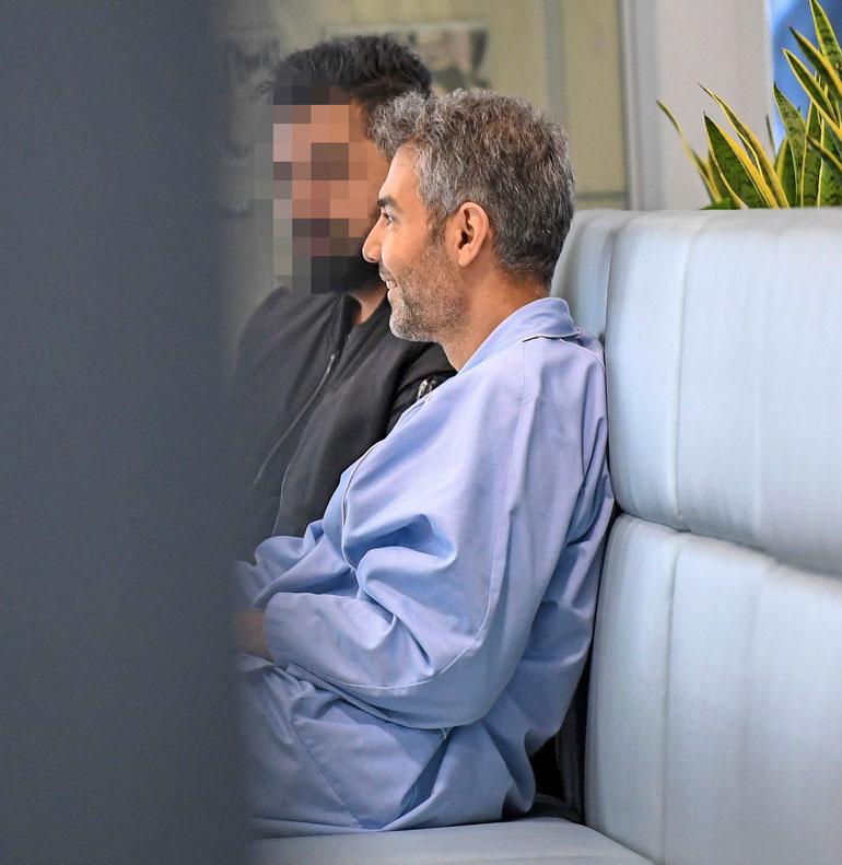 Hussein istui sairaalan kahvilassa kavereittensa kanssa. Juttu lensi, ja mies nauraa hekotteli.