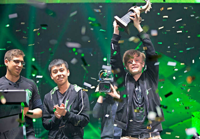 Jesse Vainikka tuuletti voittoa International Dota 2 -turnauksessa.