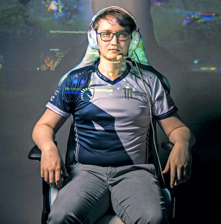 """Suomalaisen e-urheilun tulokuningas Lasse """"Matumbaman"""" Urpalainen on saanut Dota 2 -strategiapeliä pelaamalla turnauspalkintoina miljoonatulot."""