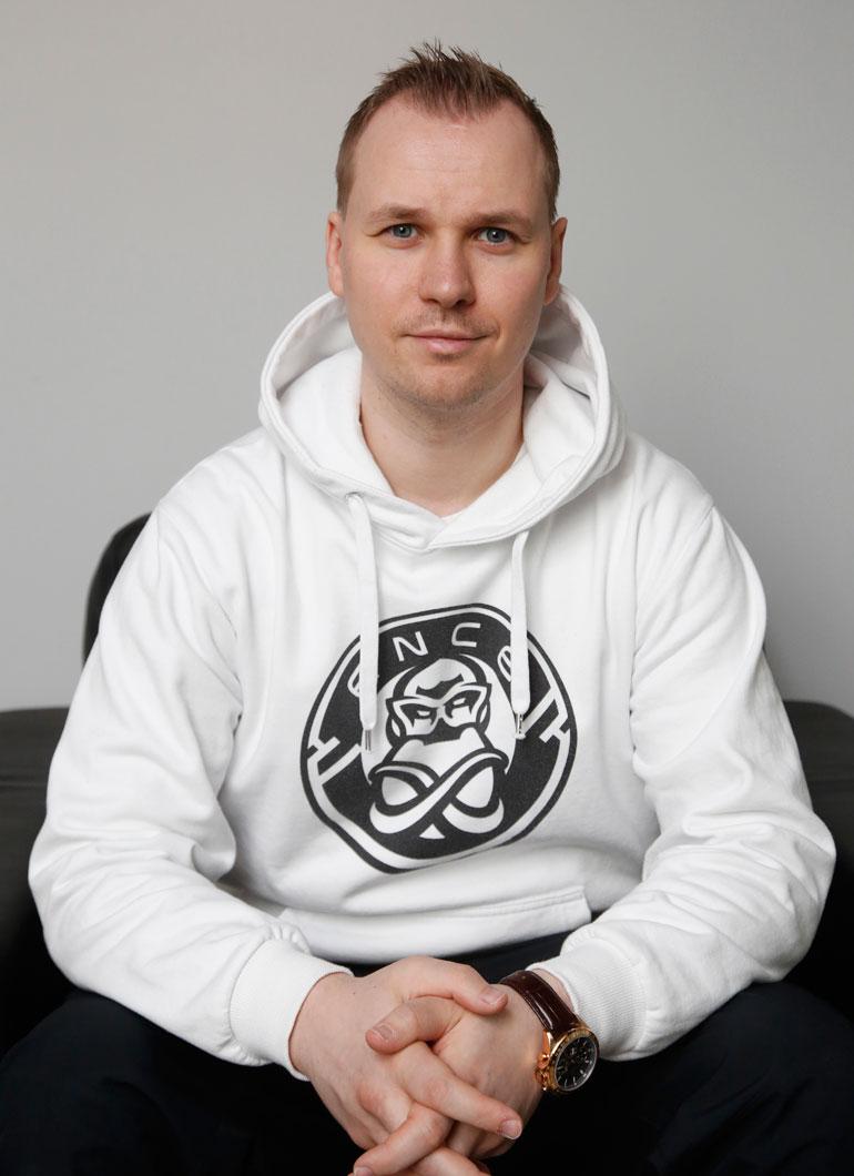 Slaava Räsänen valmentaa e-urheilun suomalaishuippuja.