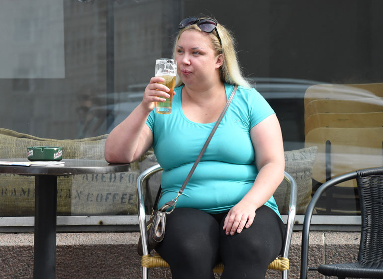 Henna Kalinainen istui oluella 2015 ja Seiska julkaisi naisesta paparazzikuvia.