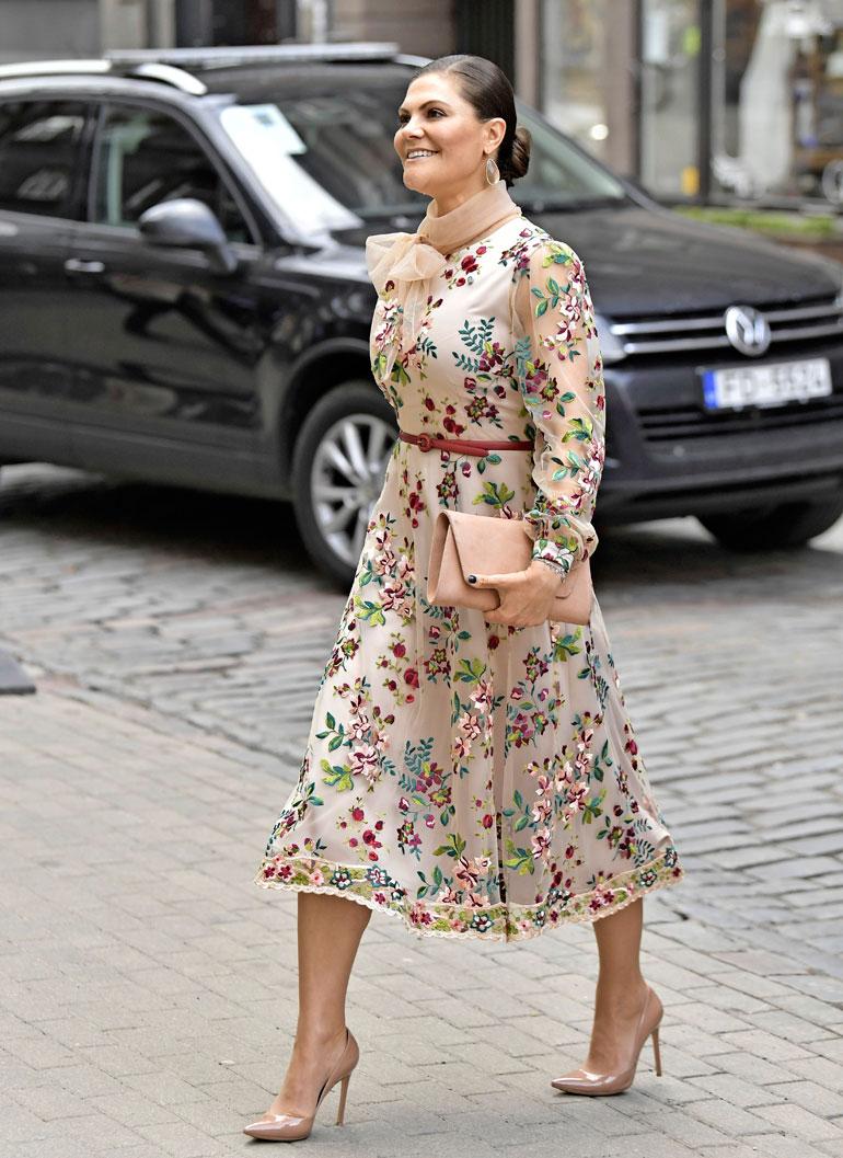 Ruotsin valtaistuimelle nousevaa Victoriaa ei tarvitse soimata tuhluriksi, sillä hän tyytyy Mette-Maritin tavoin halvempaankin kretonkiin. Tyylikkäästä pukeutumisestaan kiitosta saaneen Vickanin vuosittaiset vaatemenot ovat 48 000 euron luokkaa eli noin 925 euroa viikossa.