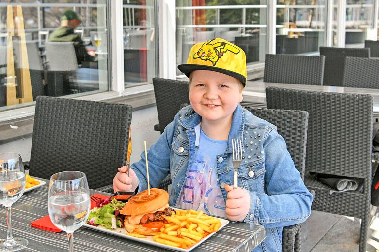 Urheilusuorituksen jälkeen maistuu ruoka. Muusikko Aki Tykin nimeämä burgeri kelpaa Iirikselle.
