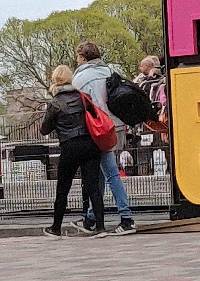 Roopella ja Helmi-Leenalla oli kummallakin suuret laukut kannettavina. – Olisivatkohan viettäneet koko viikonlopun Tampereella, lukijat arvelevat.