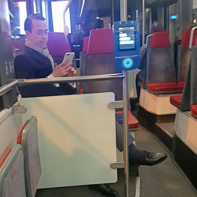 Carl haglund raitiovaunussa.