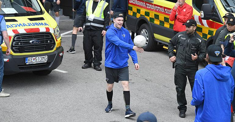 Kaapo Kakko lämmitteli jalkapallon pomputtelulla Ruotsi-puolivälierään.