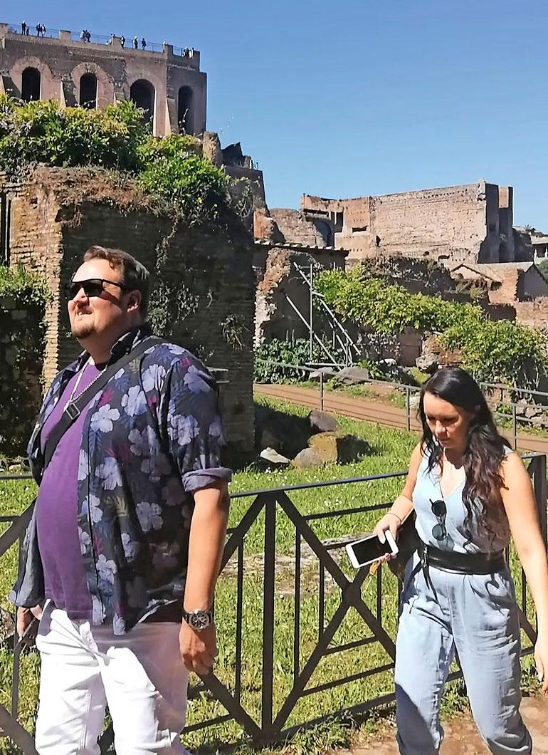 Sami ja Saija käppäilivät perätysten muinaisen Rooman raunioilla. – Silti heidän lämpimät välinsä tulivat kyllä erittäin hyvin selväksi, Roomasta juorutaan.