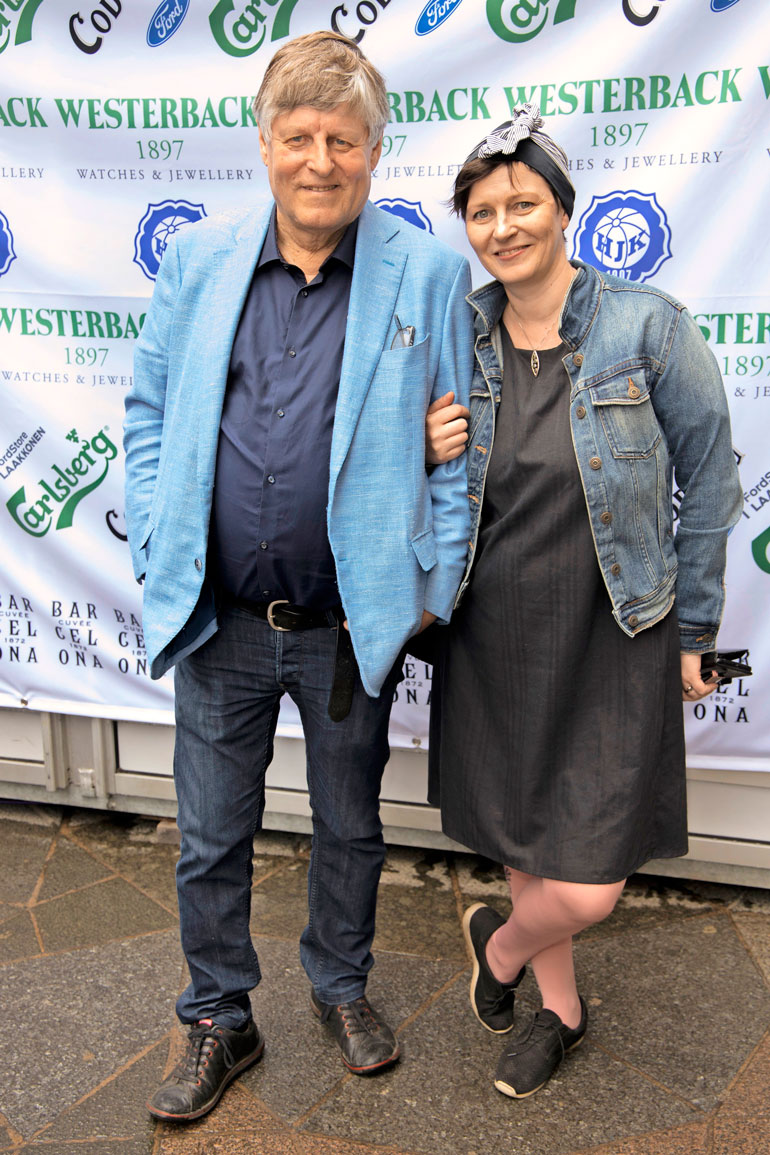 Juhani Merimaa osallistui Mirva-tyttärensä kanssa Westerbackin koruliikkeen ja HJK:n iltaan.