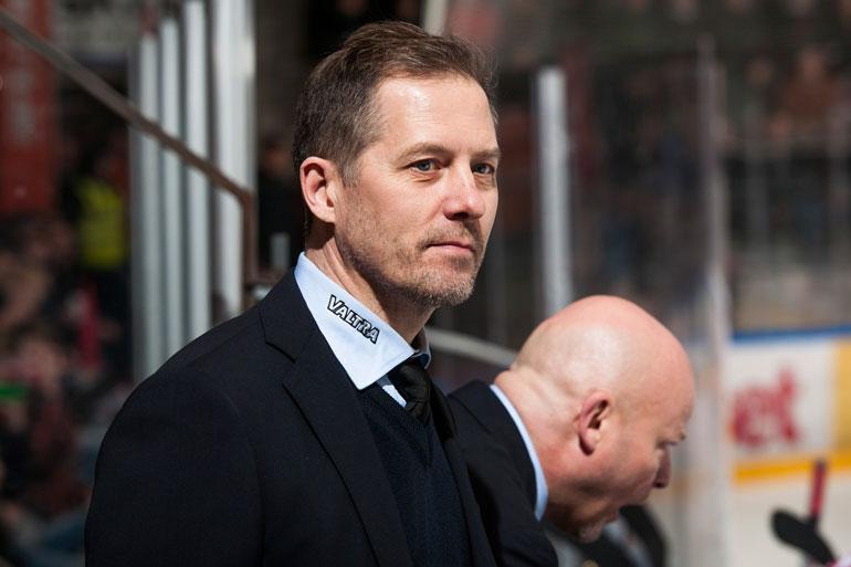 Entinen jääkiekkomaalivahti Ari-Pekka Siekkinen on japanilaisen Nikkō Ice Bucksin päävalmentaja.