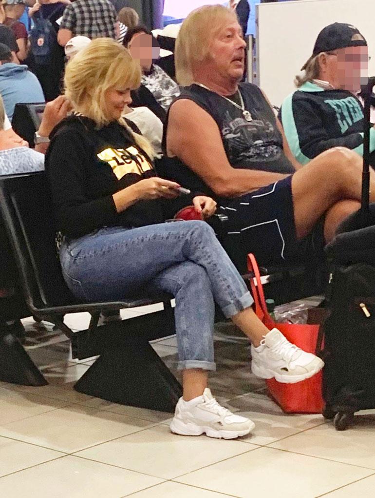 Danny ja Erika lentokentällä.