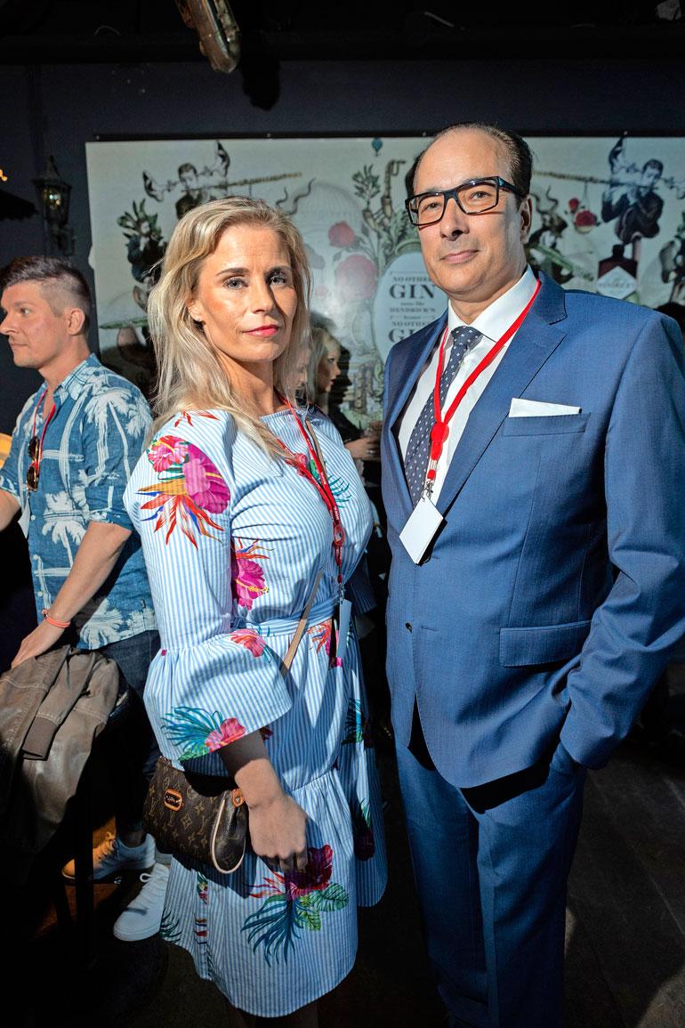 Hanna Kärpänen ja Heikki Lampela poseerasivat yhdessä ravintola Storyvillen kesäterassin avajaisissa Helsingissä.