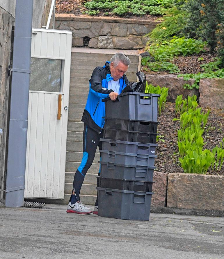 Rolf pisti laatikkoa toisen sisään kiihtyvällä tahdilla.