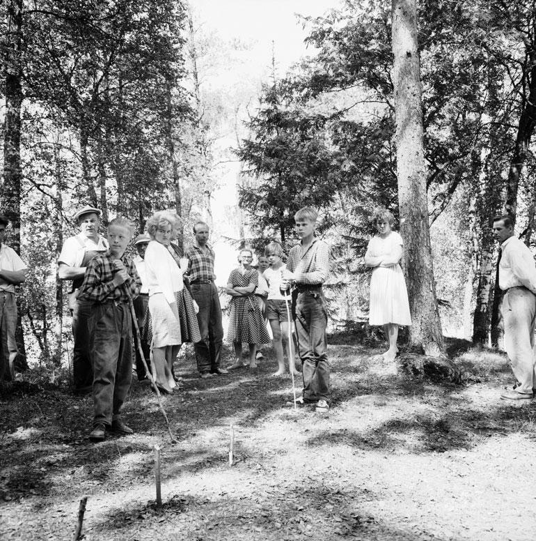 Kolmoismurhan tapahtumapaikka oli espoolaisten uteliaisuuden kohteena helluntaina 1960. Vainajien haudat avattiin dna-näytteiden ottoa varten 2004.