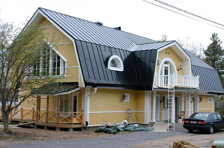 Laulaja omistaa Seittenkaaressa toisenkin kiinteistön, hulppean kartanon, missä asuu hänen Raimo-isänsä, 79. Sillanpää esitteli kohteen Huvila & Huussi -tv-ohjelmassa 2008.