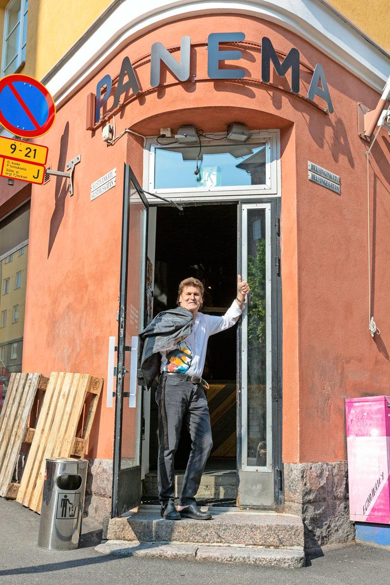 Rotsi olalle ja menoksi! Väsymätön laulajaori piipahti ravintola Panemassa, kuinkas muuten.
