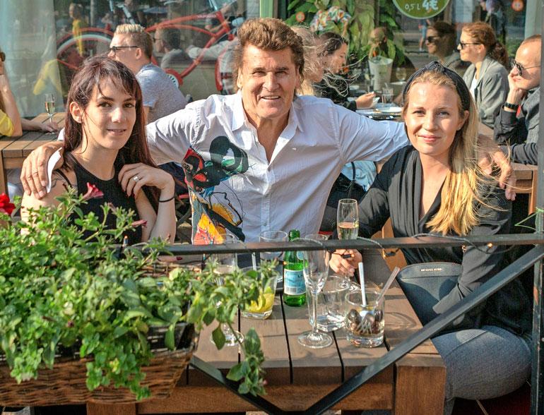Astrid, Reetu ja Milla tekivät tuttavuutta ravintola Vapianon terassilla Helsingin Rautatientorilla.