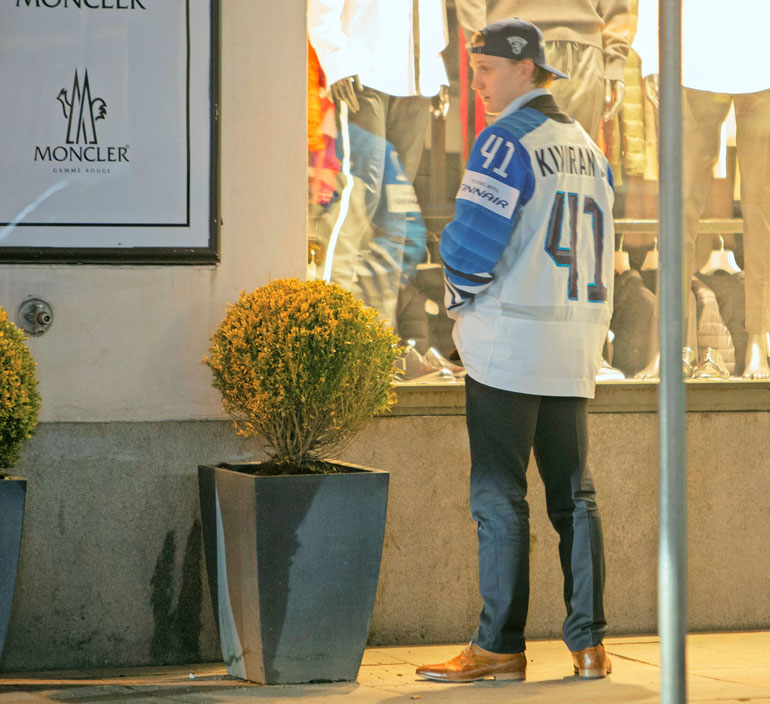 Kivirannan drinksuttelu jatkui Helsingissä, ja hän oli pissata kukkaruukkuun ravintola Teatterin edessä. Vaimo esti miehen puuhat viime hetkellä!