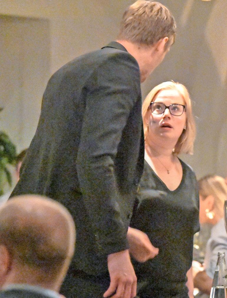 Mestaruuspokaali laitettiin El Gaucho -ravintolassa keskeiselle paikalle. Mörkö-Marko Anttila ja Heidi-vaimo viihtyivät pystin välittömässä läheisyydessä.