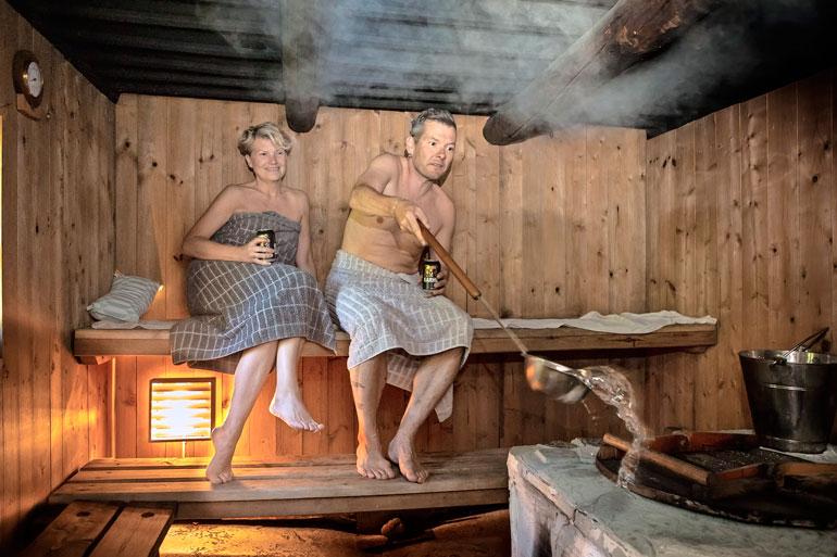 Nyt sitä löylyä! Samin ja Ninan maalaisidyllin lempipaikkoja on ehdottomasti vanha puusauna, josta irtoaa kunnon lämmöt.