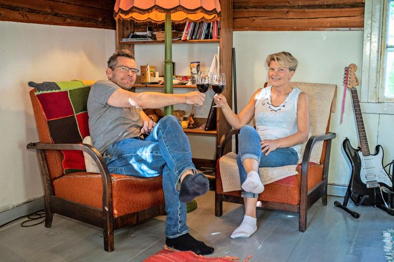 Kippis rakkaudelle! Keväällä naimisiin menneet Sami ja Nina pitävät vielä juhannuksen jälkeen jälkihäät mökillään. – Niistä tulee sellaiset piknik-bileet!