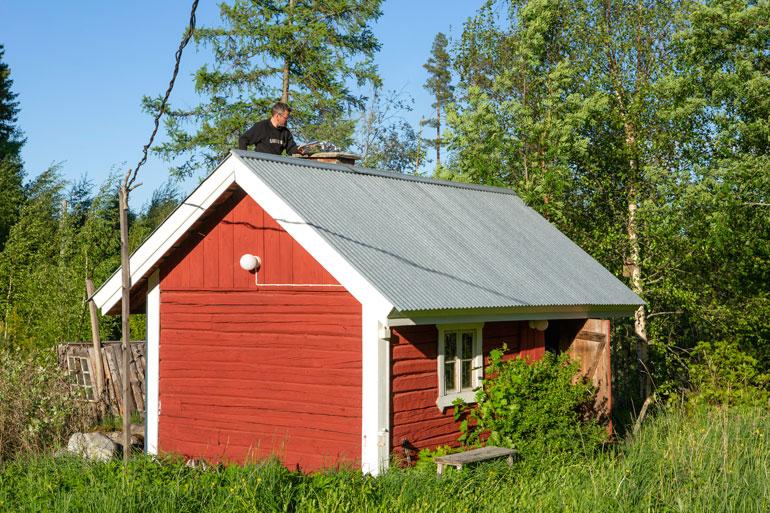 Sami kokkaa saunan katolla.