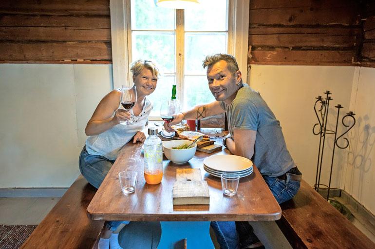 Kippis kesälle! Samin ja Ninan piilopirttiin on katettu maittava juhannuspöytä.