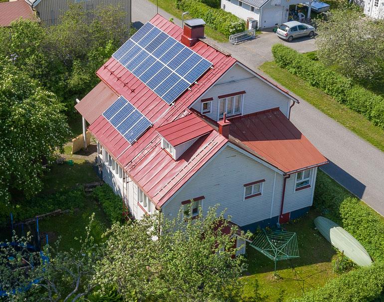 Krista Mikkosella on aurinkopaneelit katolla.