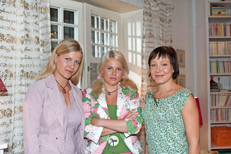 Jutta päätti jättäytyä pois sarjasta vuonna 2007, kun pääsi Tampereen yliopistoon opiskelemaan mediatutkimusta. – Neljän vuoden jälkeen halusin elämässäni eteenpäin ja palasin koulunpenkille, Jutta kertoo. Vuonna 2004 otetussa kuvassa on Jutan lisäksi Emmi Parviainen ja Sannamaija Pekkarinen.
