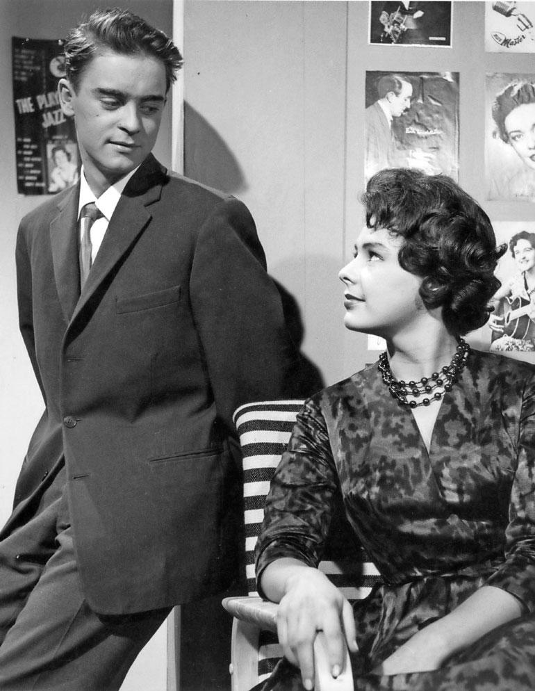 Iskelmäketju- elokuva (1959) oli Hannes Häyrisen ainoa ohjaustyö. Pirkko näytteli Lasse Liemolan kanssa pääroolit. – Kauhea, kun näytän vanhalta tässä. Vaatteet ja tyyli sen tekevät.