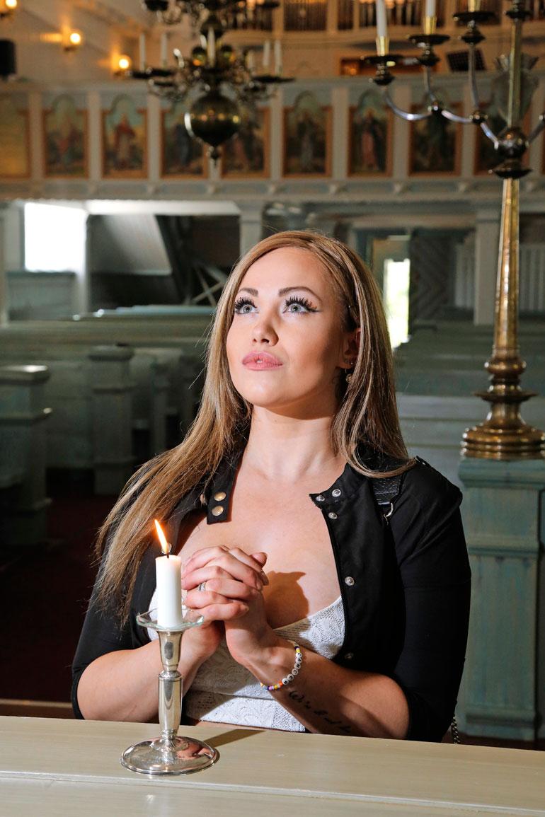 Janita kertoo olevansa uskonnollinen ja käyvänsä aktiivisesti kirkossa.
