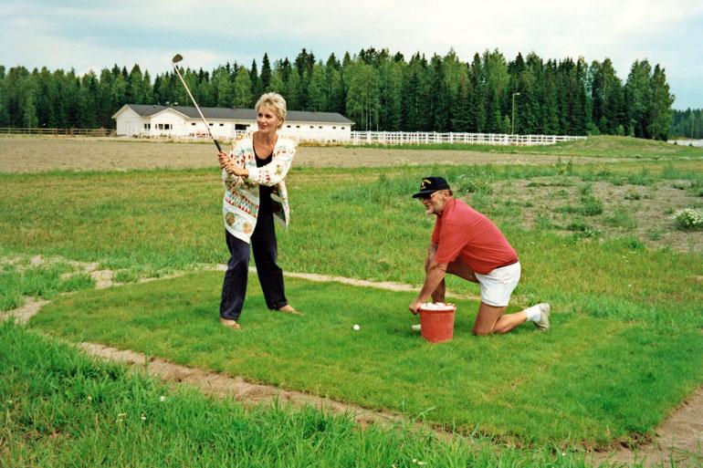 – Golf-kentällä putosin täysin roolistani, mutta edes sitä ei leikatu pois, vaan ulos pantiin raakaversio, Hannele puistelee päätään.