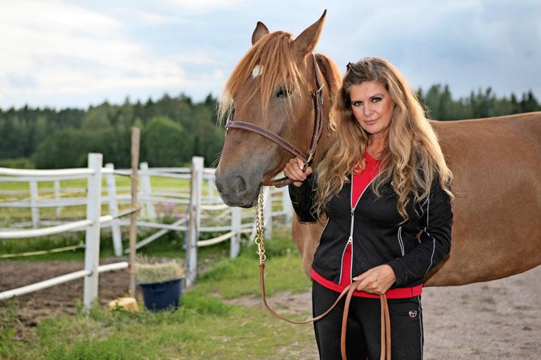Aktiivisena hevos- harrastajana tunnetulla Riitalla on oma hevostalli Orimattilassa.