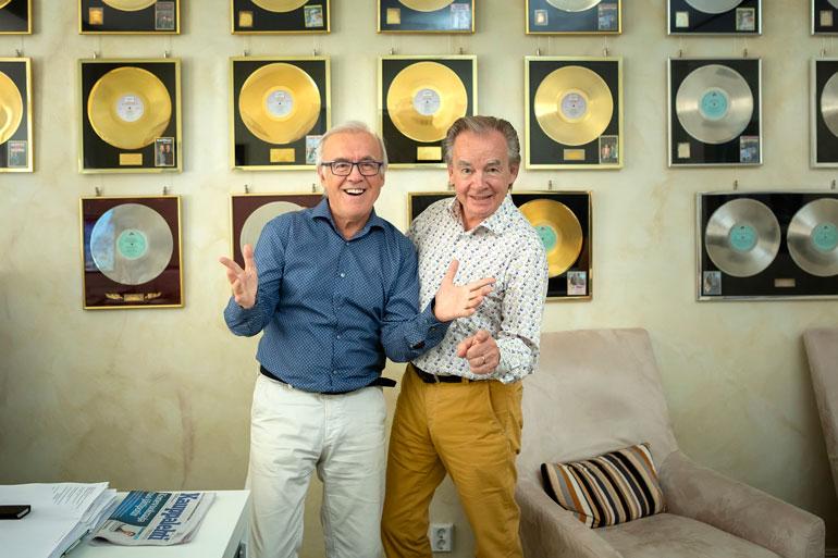Kissankultaa ja kultalevyjä. Moninkertaista platinaakin myyneet Matti, 69, ja Teppo Ruohonen, 71, poseeraavat tottuneesti toimistollaan Turun ydinkeskustassa.