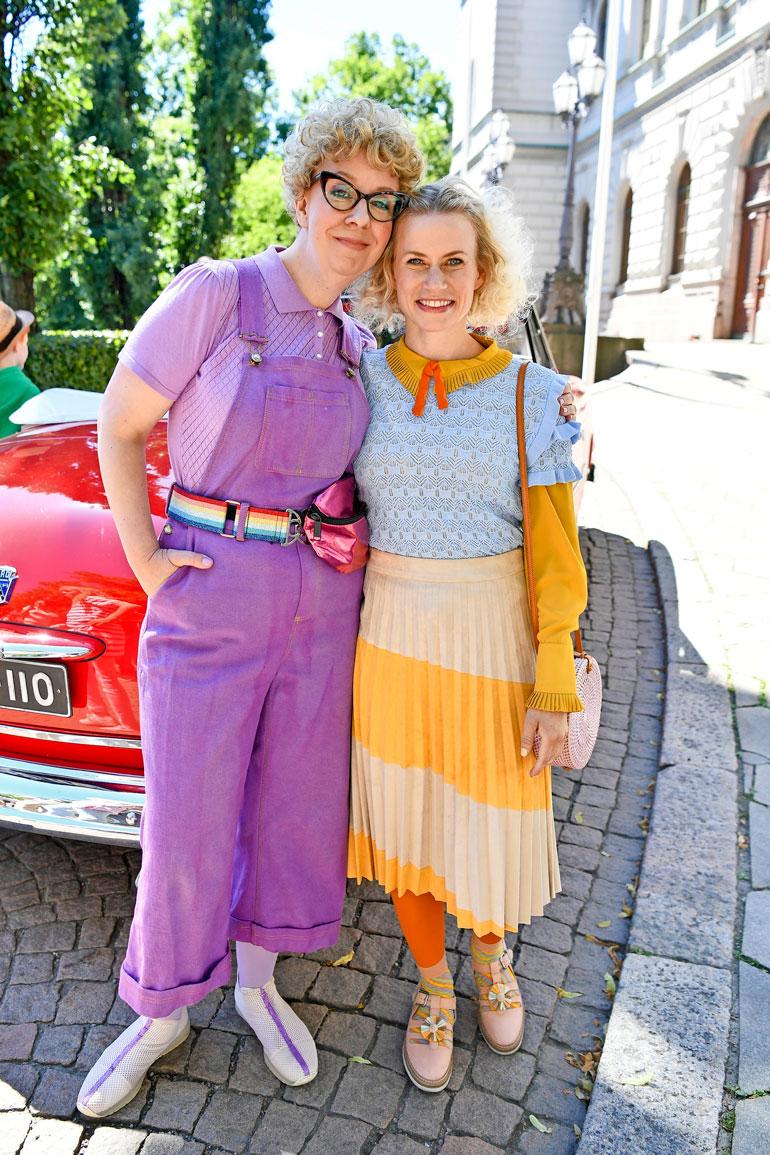 Jenni Kokander ja Minka Kuustonen pitävät rooliasuistaan. – Tämä on melko karkki, Minka naurahtaa.