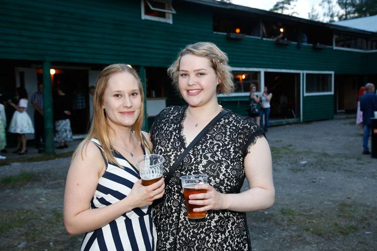 Netta Seppälä ja Heidi Niemistö näkivät Kaken livenä kolmatta kertaa. – Hän vetää niin paljon porukkaa, ja joka kerta on hauska meininki!