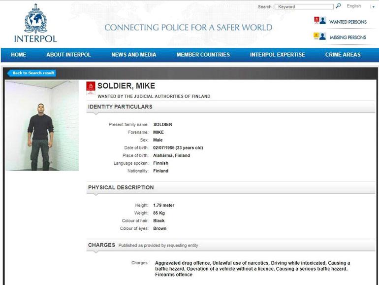  Soldier oli Interpolin listalla red notice -merkinnällä eli etsintäkuulutettuna. Tällä hetkellä listalla on vain kaksi suomalaista. Raiskauksesta ja huijauksesta etsitty Kari Juhani Heikkilä, 57, sekä suomalais-marokkolainen Ayoub El Yaakoubi, 56, jota syytetään murhasta.