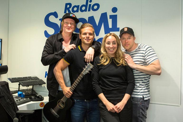 Jaajo Linnonmaa, Ilkka Ihamäki ja Anni Hautala hyvästelivät alkuvuodesta Juha Perälän, joka lopetti työnsä Aamulypsyssä pitkän  harkinnan jälkeen.