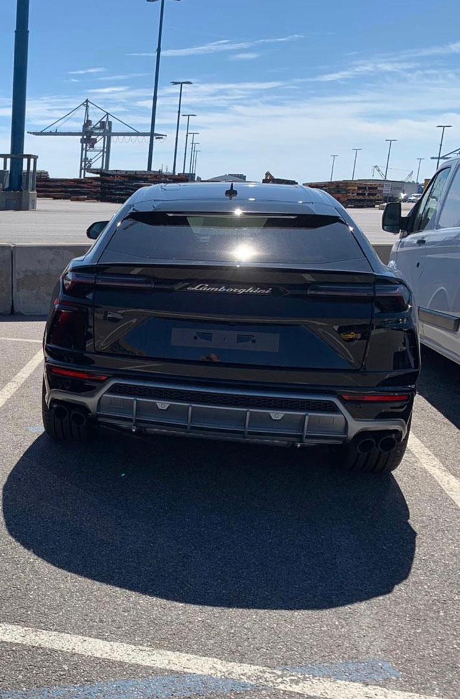 Lähes vuoden odotuksen jälkeen Vesa Keskisen tilaama  600 000 euron Lamborghini saapui Helsingin satamaan.