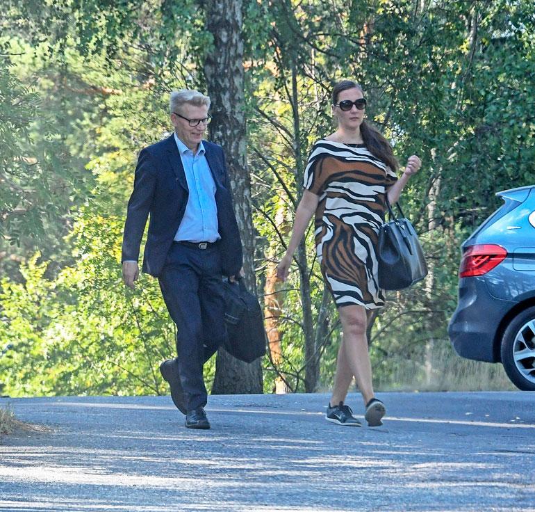 Kimmo ja Hanna lähtivät asunnolta maanantaiaamuna yhdessä töihin. Kimmo vei Hannan tämän työpaikan lähelle.
