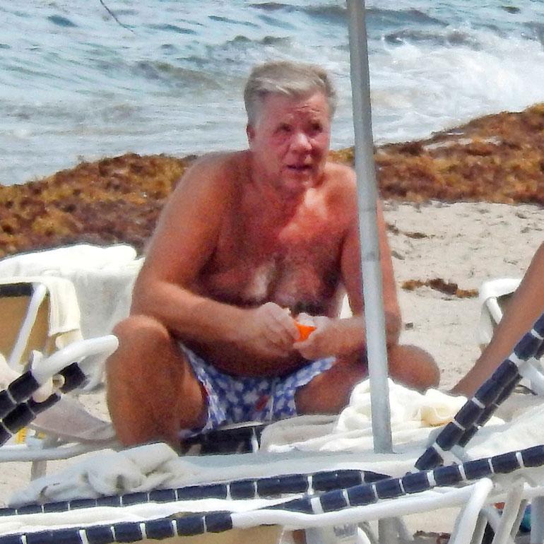 Ritaluoma kuvattiin vuosi sitten vuokrakotinsa edessä olevalla rannalla Floridan Manalaplanissa.