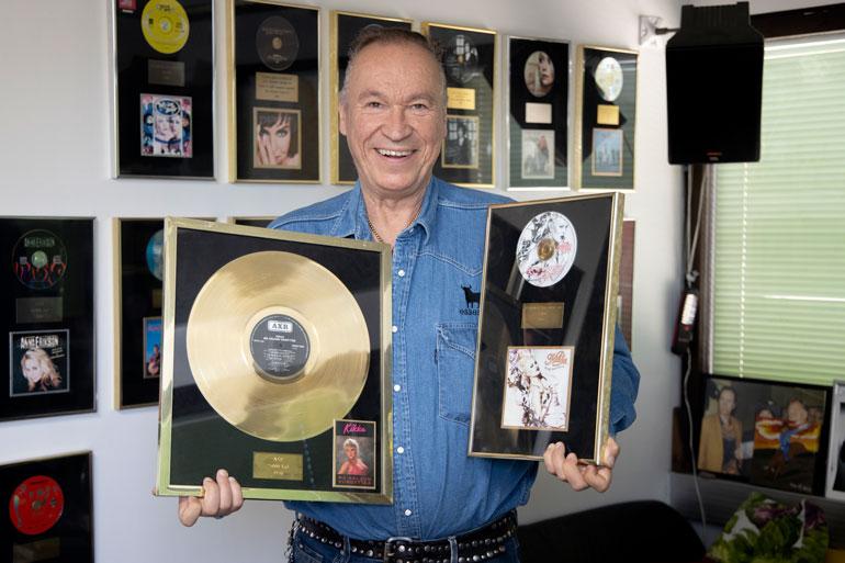 Ile näyttää Kikan vuoden 1989 esikois- albumia Mä haluun viihdyttää, joka myi peräti 71800 kappaletta ja platinaa. Oikealla on vuoden 1993 levy Käyrä nousemaan, joka myi kultaa ja 25000 kappaletta.
